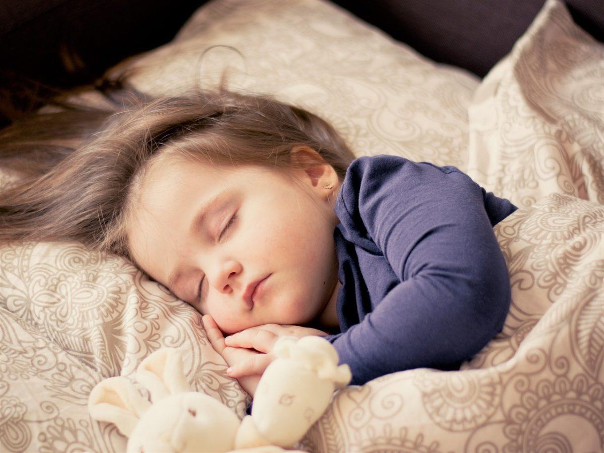 子どもが気持ちよく寝ている写真