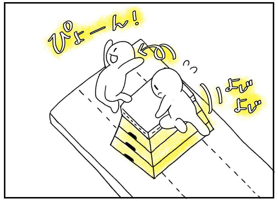とび箱によじのぼってジャンプする3歳児の運動会サーキット