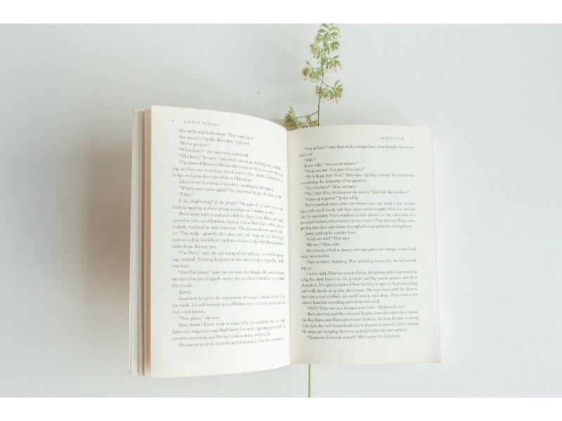 ページを開いた本